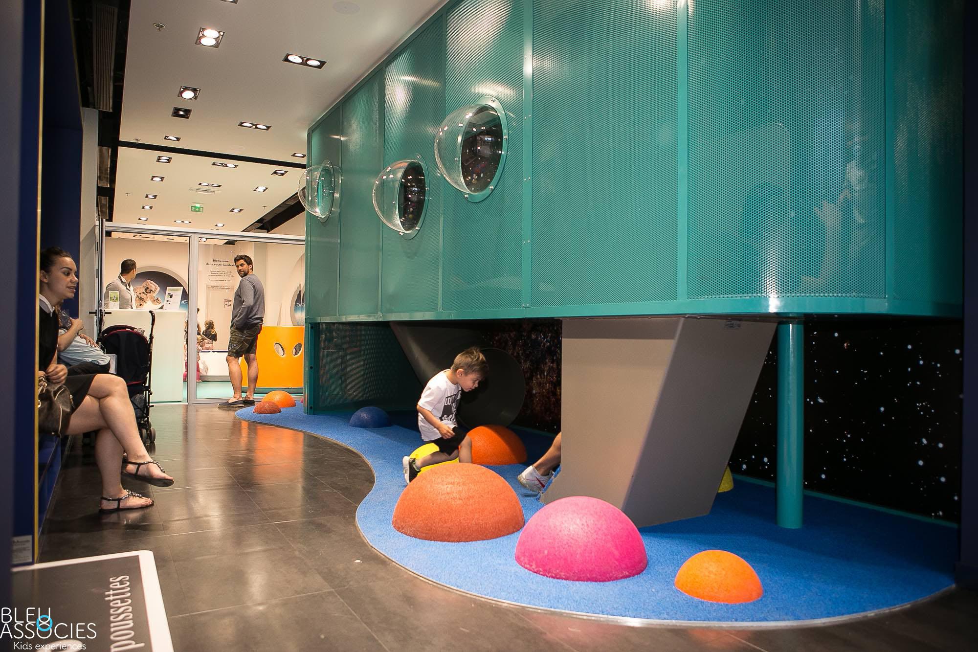 Espace-enfants-Kids-Experiences-bleu-et-associe