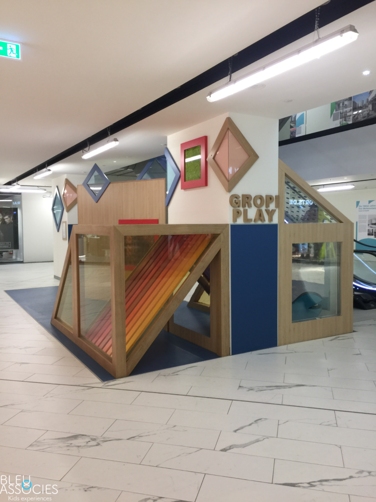 Tunnel-colore-produits-bleu-et-associes-kids-experiences-espaces-enfants
